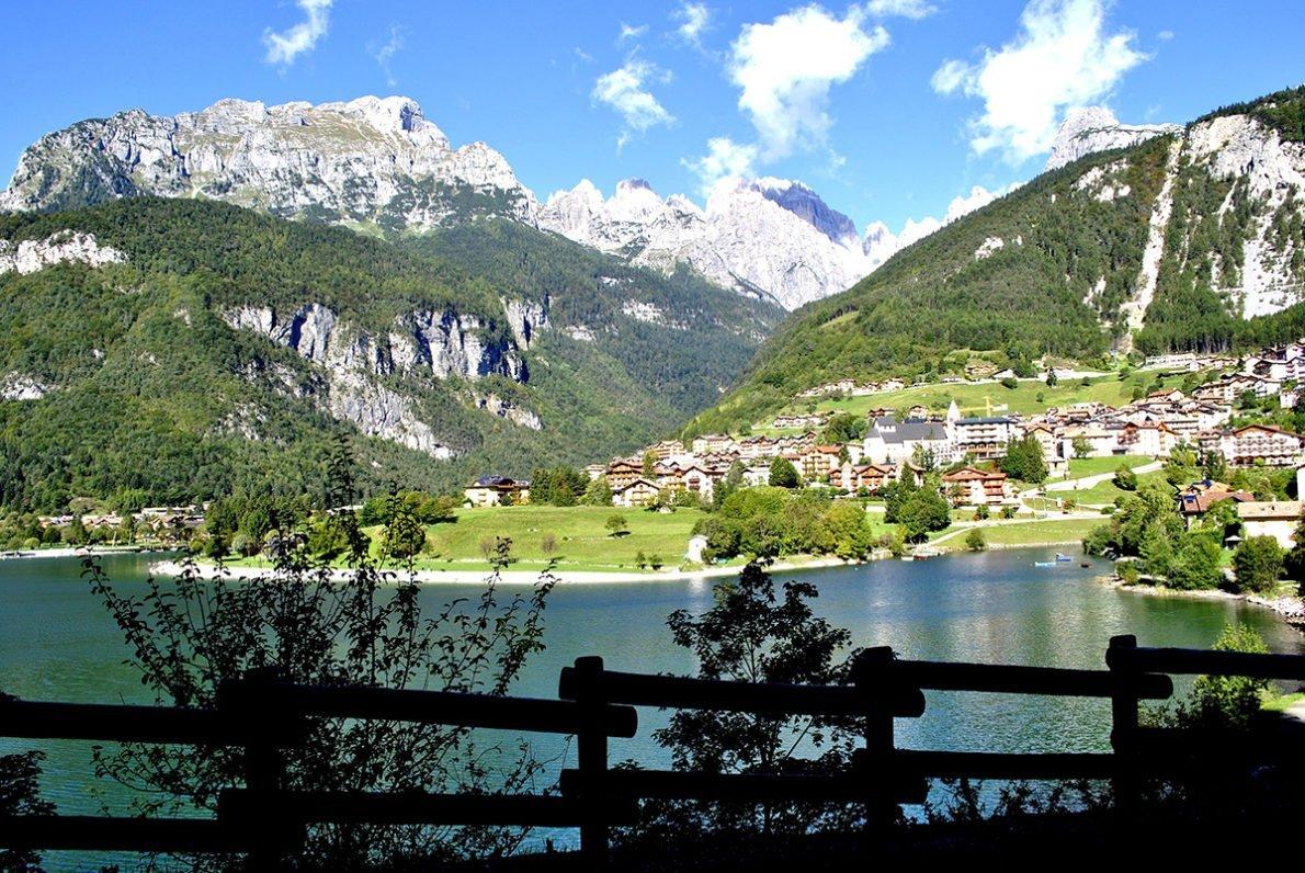 Veduta del paese e del Lago di Molveno